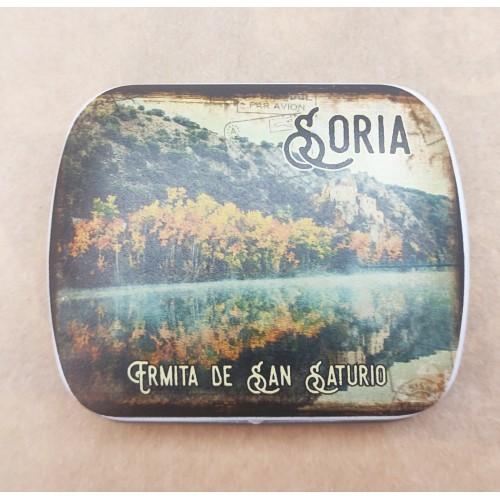 Caja metálica de la Ermita de San Saturio con caramelos de menta