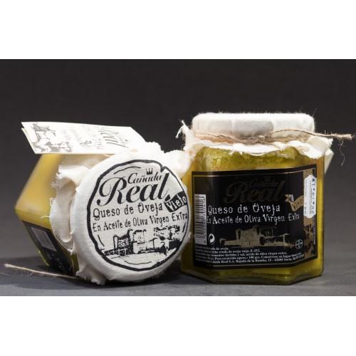 Tarro de queso viejo en aceite de oliva virgen